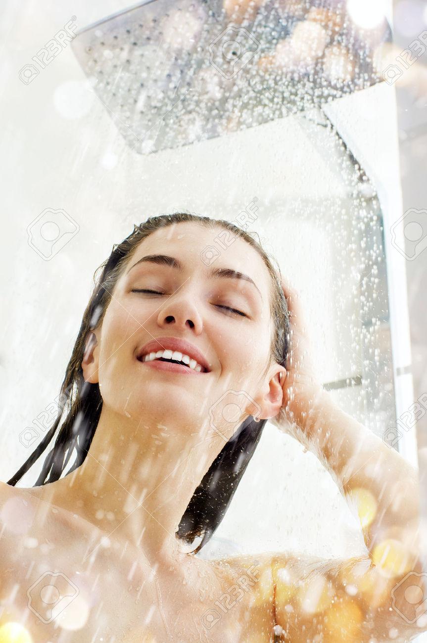 Фото девушки идущей в душ